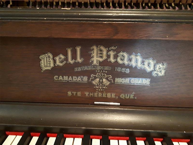 Le nom sur le couvre clavier du piano Bell