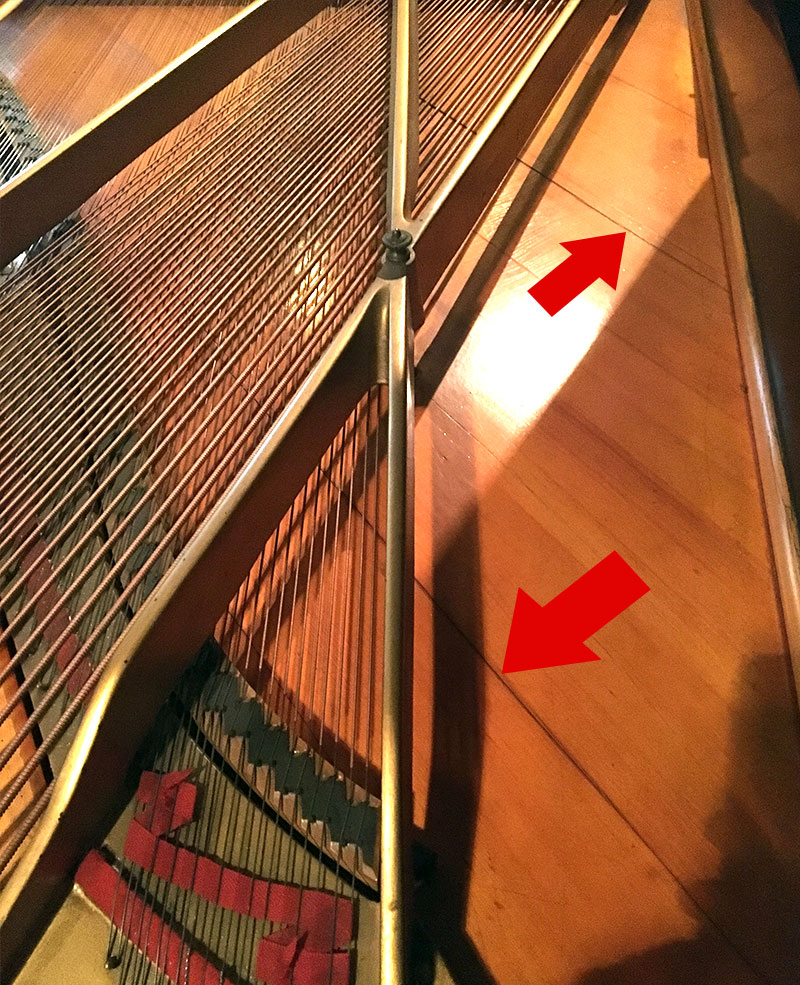 Fentes dans la table d'harmonie du piano Steinway ModèleA