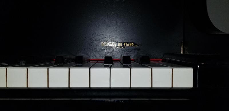 Clavier du piano baby grand Mason & Rich
