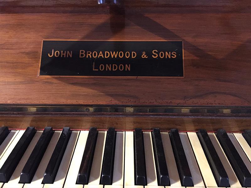 Piano droit Broadwood nom sur le fallboard