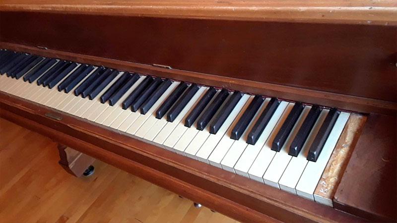 Clavier du piano droit Lindsay