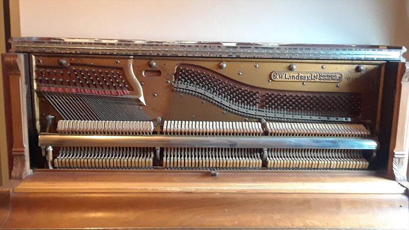 Intérieur du Piano droit Lindsay